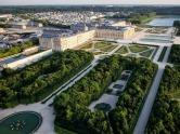 Bienvenue au Château de Versailles du palais du Prince Adagio - et le palais du monde des Royals Divine - vu du ciel